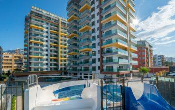 Квартира 2+1 на первой береговой линии в хорошем комплексе в Махмутларе