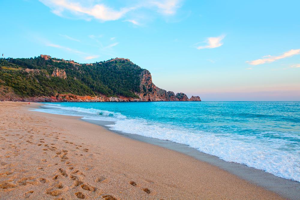 Пляжи Аланьи заполнились после отмены ограничений